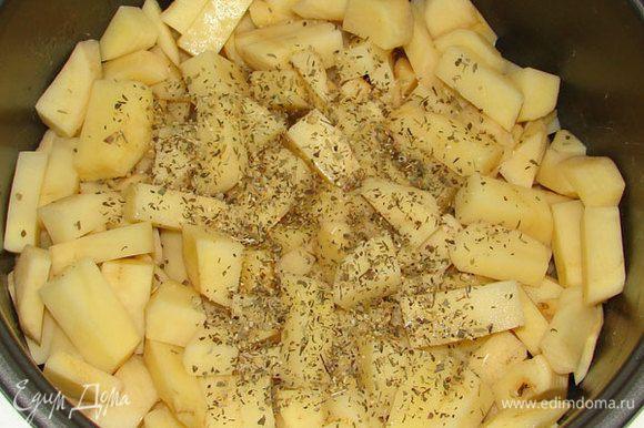 """Затем выложить картошку, добавить соль и специи по вкусу, оставить на режиме """"Выпечка"""" на 20 мин периодически перемешивая."""