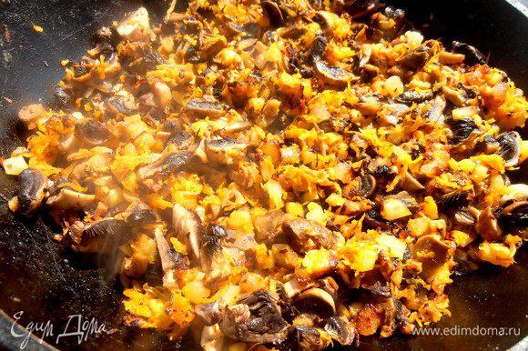 Нарезаем грибы и отправляем в остальным овощам.
