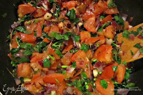 Добавить в сковороду с овощами обжаренные ломтики баклажана и мелко порубленную зелень, посолить, поперчить.