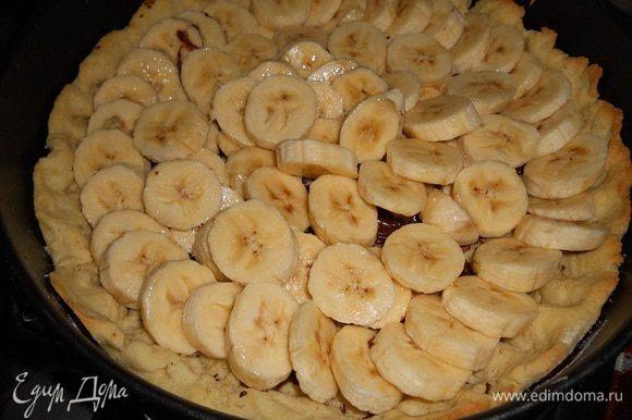 Бананы нарезать, сбрызнуть лимонным соком и уложить сверху на шоколад.