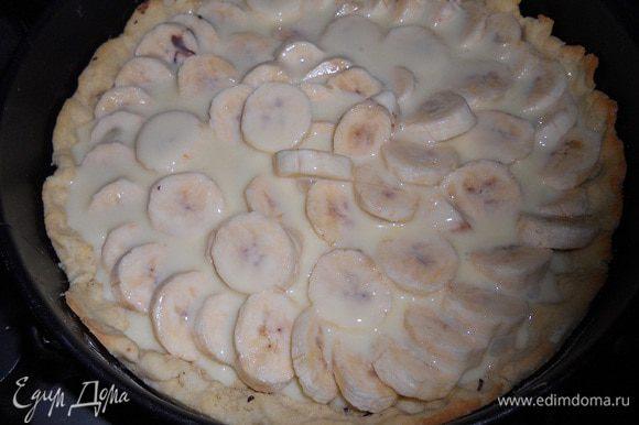 Залить бананы сгущенкой, выпекать в разогретой до 180 градусов духовке до того момента, как верх начнет карамелизироваться.