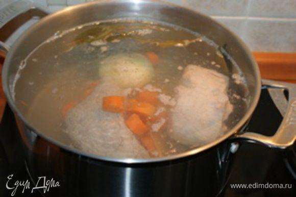 Сполосните говядину, положите в кастрюлю и залейте водой. Отварите говядину в течении 1,5 часов. Воду лучше не солить. После приготовления выложите говядину на блюдо и остудите.