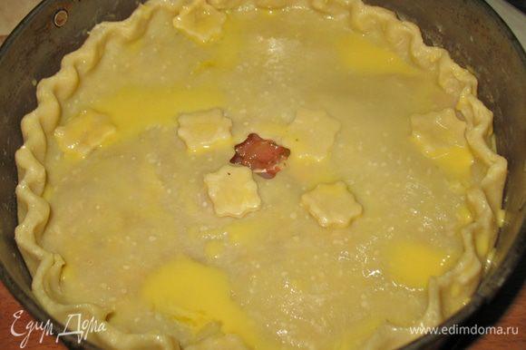 Верх смазываем яйцом. Выпекать в предварительно разогретой до 200 градусов духовке большой пирог около 2 часов, индивидуальные пирожки около 60 минут. До золотистой корочки. Вытащить из духовки и дать остыть.