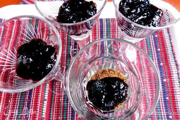 Пропитываем кисленьким вареньем...Варенье можно заменить толчёной замороженной или свежей ягодой,протёртой через сито!
