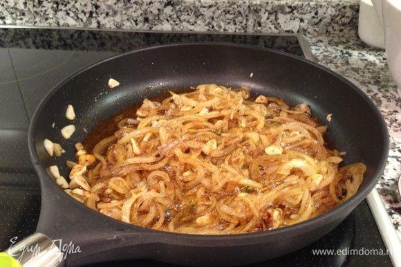 В сковороде, сотейнике или широкой низкой кастрюле разогреть оливковое масло. Выложить мелко нарезанный чеснок и порезанный полукольцами лук. Обжаривать на медленном огне, до мягкости. Добавить паприку и продолжать готовить 2-3 минуты..