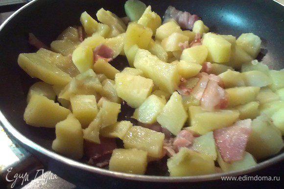 Режем бекон, обжариваем на масле и добавляем картофель вареный нарезанный кубиком