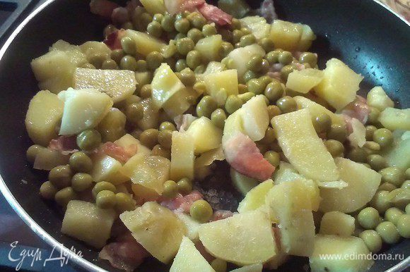 Когда картофель приобретет золотистую корочку, добавить горошек, перемешиваем и делаем огонь меньше