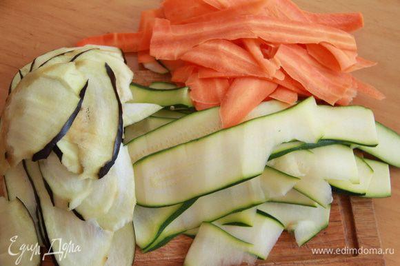 Овощи нарезать тонкими длинными ломтиками, положить в пароварку на несколько минут до состояния полуготовности (время зависит от толщины ломтиков, ориентируйтесь на это).