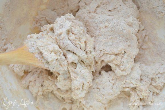 вливаем жидкие ингредиенты в сухие и замешиваем тесто