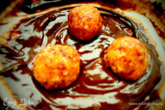 Окунаем холодные шарики в растопленный шоколад...