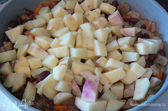 порезать кубиками картофель,тушить мин 10-15