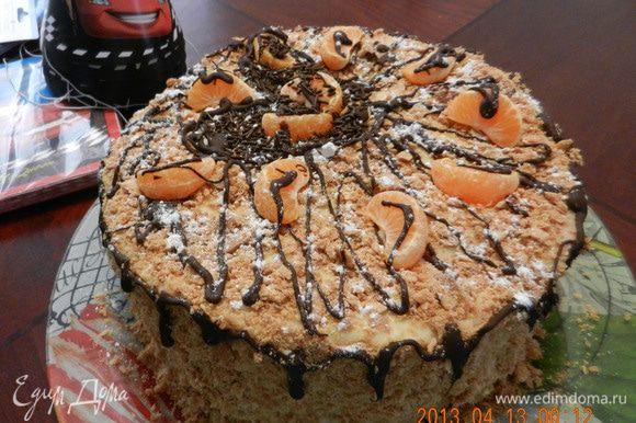 На следующий день: для получения присыпки раздавите излишки от коржей. Смажьте верх и бока торта заварным кремом заново. Посыпьте присыпкой и бока и сверху. При желании для украшения торта можно также использовать растопленный шоколад. Приятного аппетита!