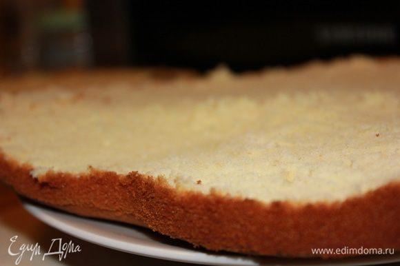 Когда бисквит испечется надо приоткрыть дверцу духовки и оставить бисквит ещё на некоторое время, чтобы не было резкого перепада температуры. Готовый бисквит остудить. Я срезаю слегка верхушку чтобы легче и качественнее пропитать бисквит.