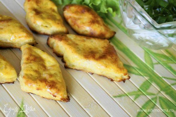 Для соуса: Соединить в блендере творог, молоко и соль, посыпать мелко нарезанным зеленым луком. Готовые сурки подавать с творожным соусом. Приятного аппетита!!!