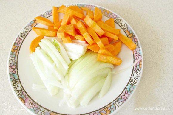 Лук нарезать полукольцами, морковь - брусочками. Морковь в этом блюде использовать не обязательно, все по желанию. Добавить морковь с луком к мясу и жарить до мягкости моркови.