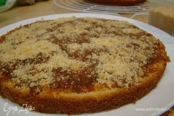 Сборка торта: корж поливаем 3-4 ст.л. карамели http://www.edimdoma.ru/retsepty/52537-solenyy-karamelnyy-sous-karamel и посыпаем 2-3 ст.л. орехов *****миндальное пралине сделать очень просто: очищенные орехи окунуть в густой сахарный сироп, достать, дать застыть, перемолоть в блендере****