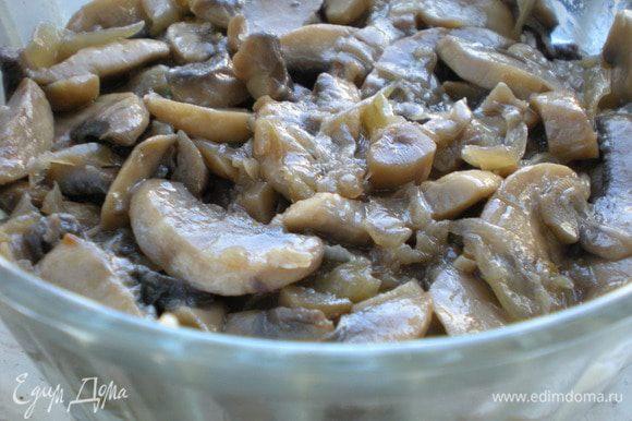 Грибы пожарить с луком на оливковом масле. Выложить поверх чернослива и заправить соусом.