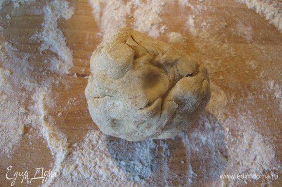 Замешиваем плотное тесто, при необходимости добавляем еще муки.