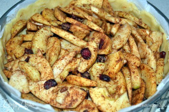 На марципан выложить начинку из яблок.