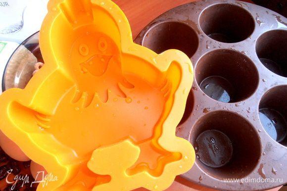Я взяла такие силиконовые формы... Главное условие - чтобы умещались на тарелку в СВЧ и не тормозили вращение при выпекании...