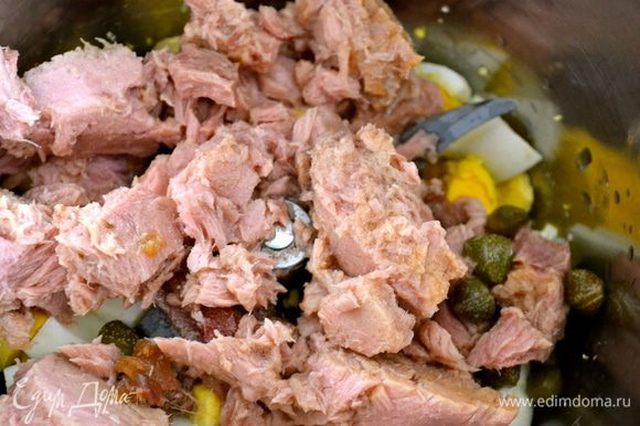 Смешать с яйцами и, добавив немного жидкости от варки мяса индейки (бульона), взбить либо погруженным блендером, либо миксером соус.