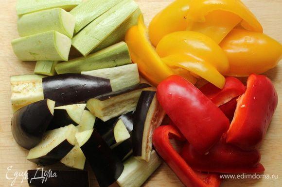 Овощи помыть и нарезать либо кольцами, либо брусочками. Кукурузу нарезать кружочками 1,5-2 см.