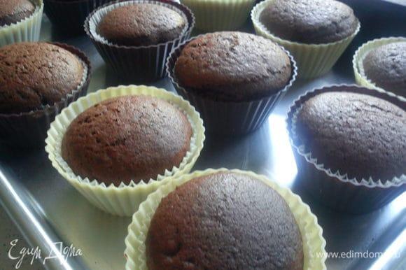 Достать из духовки и дать постоять 5 минут. Вынуть кексы из форм и остудить на решетке.