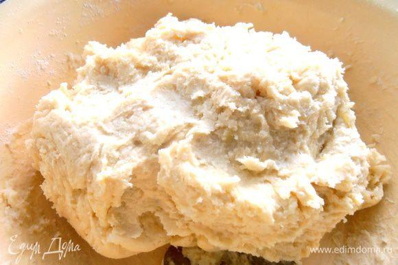 Смотрим,нужна ли ещё мука...Тут многое зависит,насколько густое пюре и от сорта картошки тоже. У меня ушло около трёх стаканов муки! Затем отправляем тесто в холодильник на полчаса.