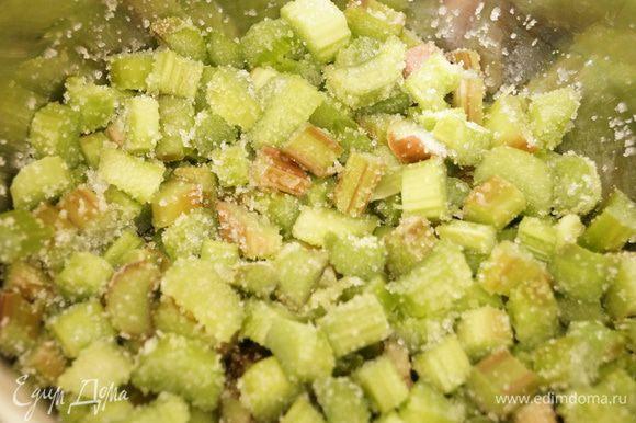 Ревень нарезать небольшими квадратиками, сложить в кастрюлю, добавить апельсиновый сок и сахар. Поставить на огонь и тушить примерно на 10 минут.