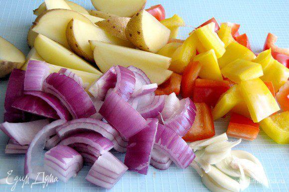 Подготовить овощи. перец, лук и картофель произвольно нарезать на кусочки среднего размера. Чеснок на лепестки.