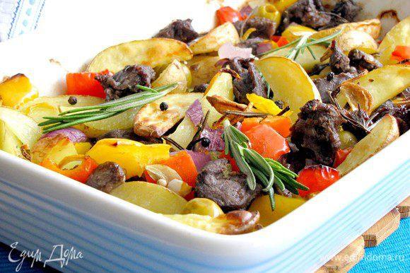Поставить в духовку, разогретую до 200 гр. Запекать до готовности, примерно минут 40. Из противня должен полностью выпариться сок, а мясо и овощи покрыться аппетитной корочкой. Приятного аппетита!
