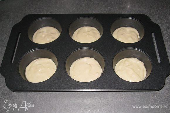 Форму смазать сливочным маслом. В каждую ячейку выложить 1 ст.л. теста.