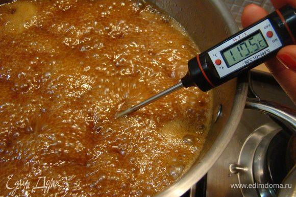 """Варим до пробы на мягкий шарик или до 110""""С на кулинарном термометре, отставляем остывать"""