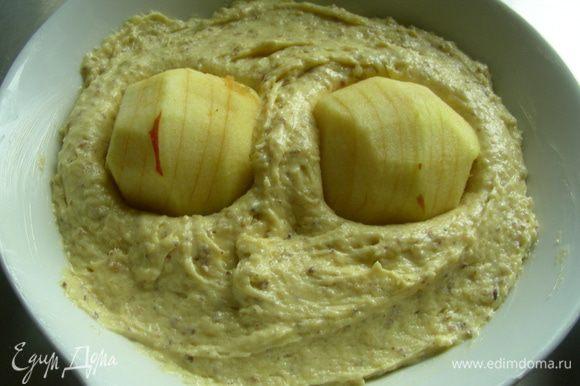 Выкладываем тесто в смазанную маслом форму (небольшая квадратная или круглая, 22-24 см). Я выпекала в двух небольших формах. На тесто выкладываем половинки яблок, немного их вдавливая. Выпекаем в духовке 180-200 гр (у меня 180гр) около 40 минут.