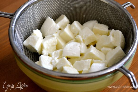 Пока варится рыбный отвар... Нарезать кубиками сыр моцарелла и положить в сито, чтобы стекла лишняя жидкость.