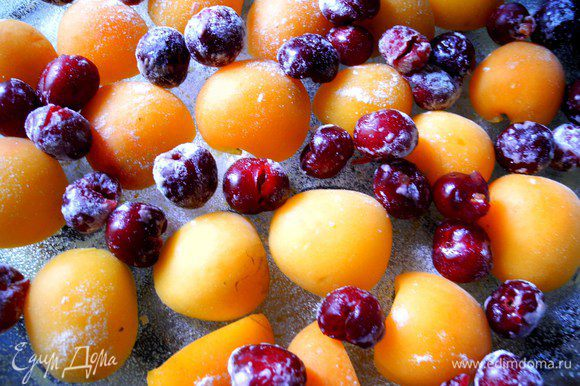 Крупные фрукты режем на кусочки, ягоды освобождаем от косточек и слегка обваливаем в муке.