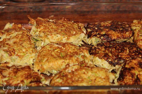 В форму для запекания выкладываем слой картофельно-кабачковых оладий