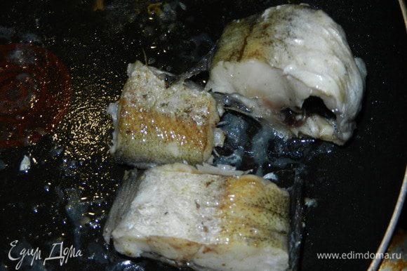Рыбу режем на кусочки,слегка присаливаем и обжариваем на сковороде до легкой золотистой корочки.