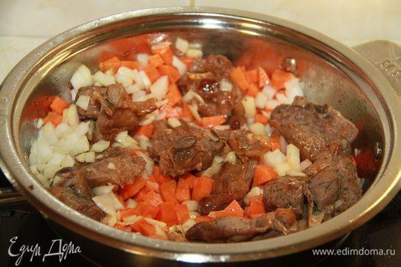 Овощи нарезать крупным кубиком. Обжарить мясо и овощи на сильном огне до золотистой корочки. Добавить кипяток и потушить на слабом огне минут 30 под крышкой.