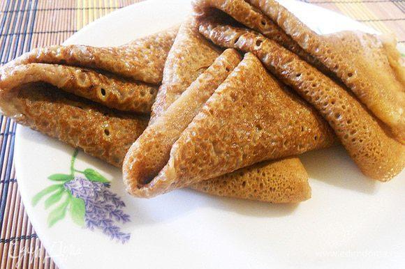 Печем блинчики на хорошо разогретой сковороде, испеченные блинчики смазываем маслом.