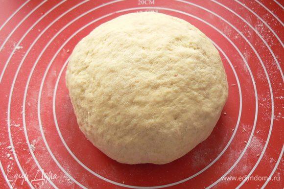 тесто должно получиться эластичным и мягким. Тесто положить в смазанную маслом миску и поставить в теплое место примерно на 1 час.