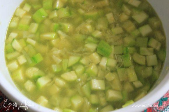 Добавляем бульон и доливаем воды для объема и ставим в микроволновку на 10 минут - варим суп