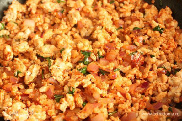 Затем добавить к нему лук, 1 ст.л. томатной пасты, мякоть томатов, приправить солью, перцем и сушёным базиликом (можно заменить свежим). Обжаривать, помешивая около 5 мин, снять с огня и наполнить фаршем помидоры.