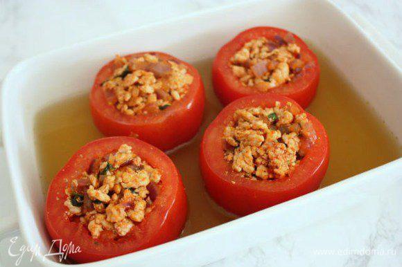 В форму для запекания установить помидоры и добавить в неё бульон. Запекать в духовке 20 мин.
