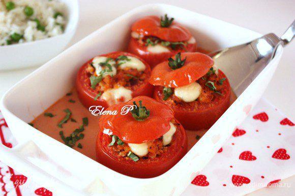 Листья базилика помыть, мелко нарезать и посыпать на помидоры. Подавать с отварным рисом с зелёным горошком.