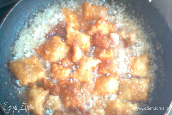 Высыпать печенье по частям в емкость с сиропом, потом выкладывать на тарелку. Дать остыть.