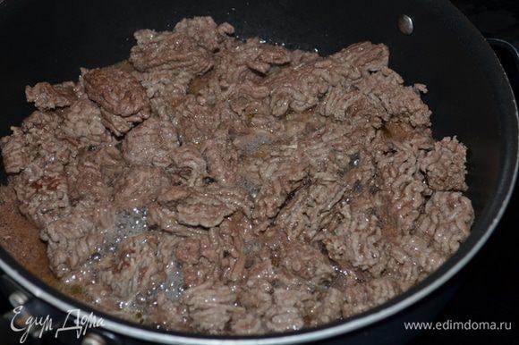 На большой сковороде обжарить фарш. Примерно 20 мин. Снимем со сковороды или отодвинем в сторону фарш.