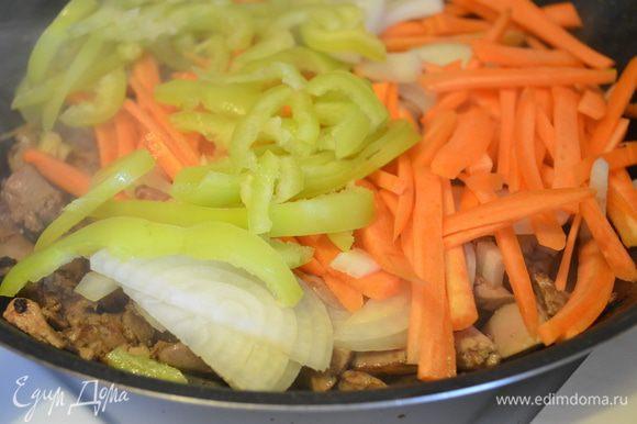 добавляем овощи, обжариваем все вместе 5-7 минут. Солим и перчим, сбрызгиваем бальзамиком