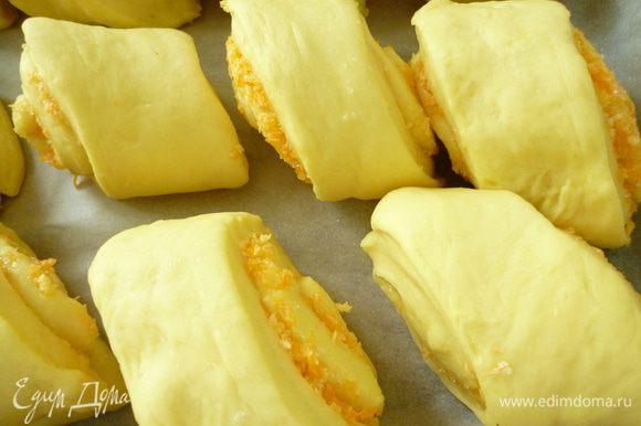 Выкладываем булочки на противень, застеленный пергаментом. Накрыть полотенцем и дать булочкам подняться 20–25 минут. Булочки смазываем взбитым яйцом и выпекаем в духовке при 180°C до румяного цвета корочки (в среднем 20–25 минут). Готовые булочки вынуть из духовки и накрыть полотенцем и дать постоять 15–20 минут. Приятного аппетита!