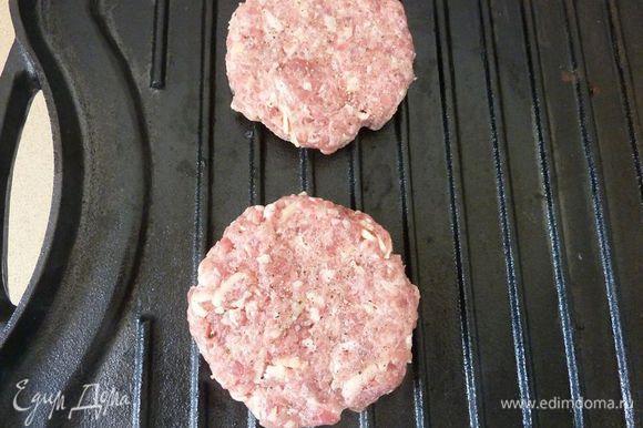 Сбрызнуть бумажное полотенце маслом, захватить щипцами и натереть гриль. Гамбургеры присыпать солью и перцем; жарить на гриле до готовности, от 8 до 12 минут с каждой стороны.